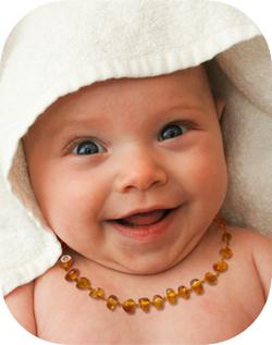 bébé au collier baroque jaune.jpeg