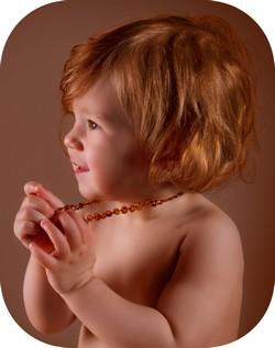 petite fille au collier cognac